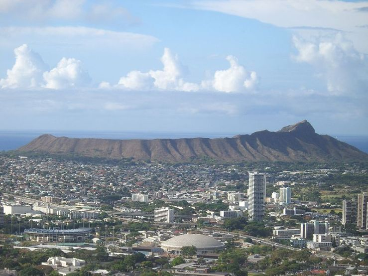 800px-Diamond_Head_Hawaii_From_Round_Top_Rd